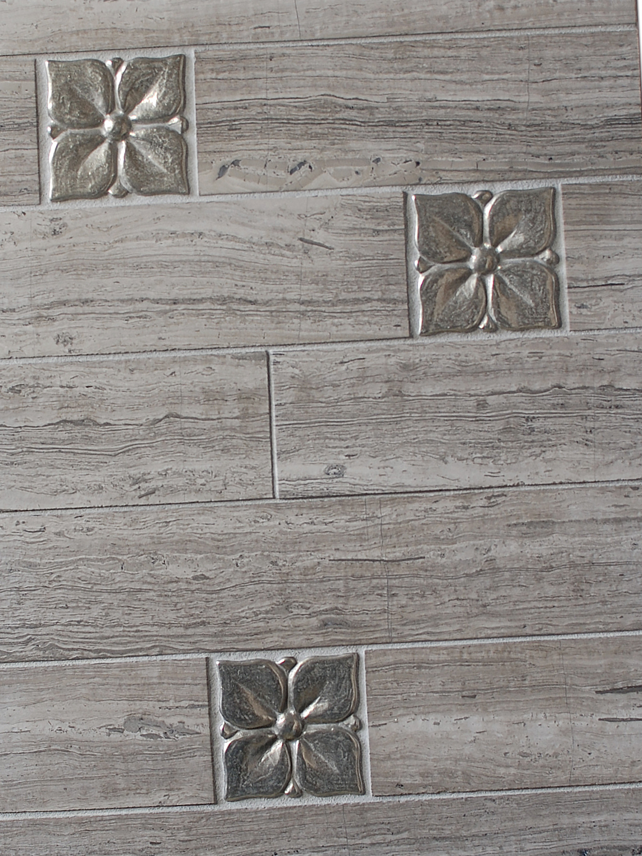 Metal accent tiles: Blooming Leaf in White Bronze with porcelain planks